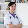 Sympathische Arzthelferin in der Praxis