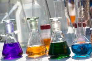 szkło laboratoryjne z kolorową cieczą, kolba stożkowa, kolby kulowe